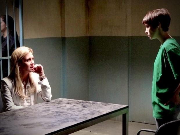 """Em """"Avenida Brasil"""", Carminha sugere tirar Nina da cadeia se ela ficar do seu lado (26/9/12)"""