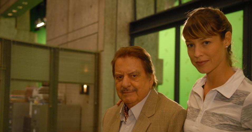 """Hugo Carvana e Luana Piovani no seriado """"Na Forma da Lei"""" (2010)"""