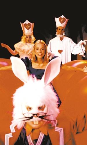 "Luana Piovani no espetáculo infantil ""Alice"" (2003)"