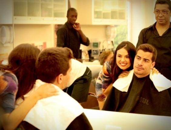 Decidida a mudar o visual de Leandro (Thiago Martins), Suelen (Ísis Valverde) leva o jogador de futebol para fazer um novo corte de cabelo. No ar em 27/9/12