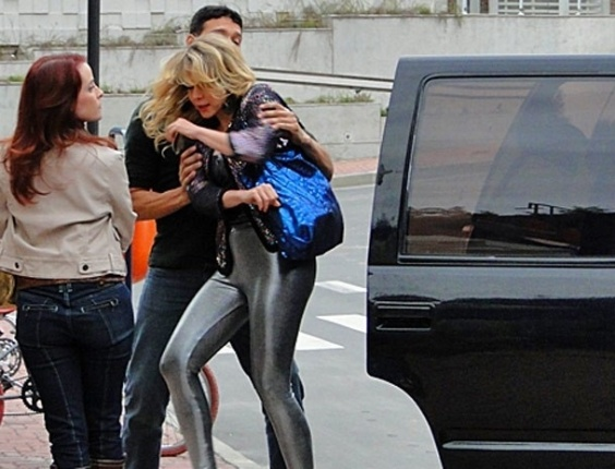 Depois de participar do programa de Fátima Bernardes, Rosário (Leandra Leal) é abordada por Chayene (Cláudia Abreu) que pede desculpas por tê-la prejudicado. A conversa é interrompida quando a fabianática Dália ((Maria Helena Chira) aparece com seus capachos para sequestrar as duas cantoras. No ar em 27/9/12