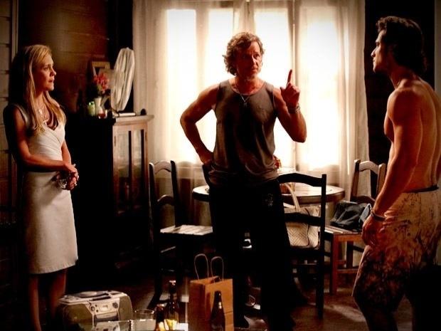 """Em """"Avenida Brasil"""", Carminha resolve enviar o vídeo de Nina e Max no barco para Ivana (27/9/12)"""