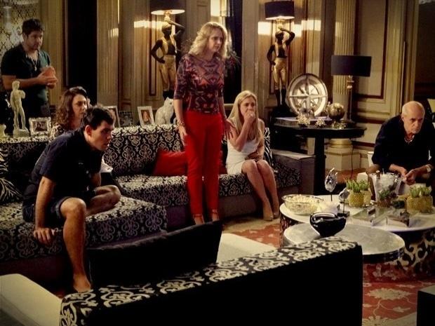 """Em """"Avenida Brasil"""", família de Tufão assiste ao vídeo de Max e Nina """"juntos"""" (27/9/12)"""