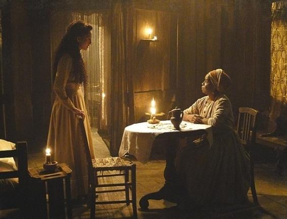 """Em """"Lado a Lado"""", Jurema descobre nos búzios que Isabel está grávida"""
