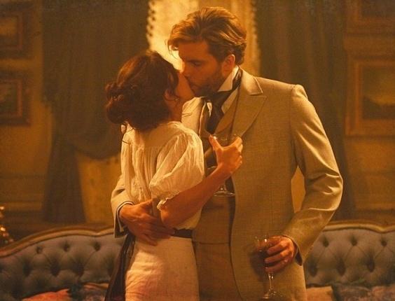 """Em """"Lado a Lado"""", Laura e Edgar têm a primeira noite de amor"""