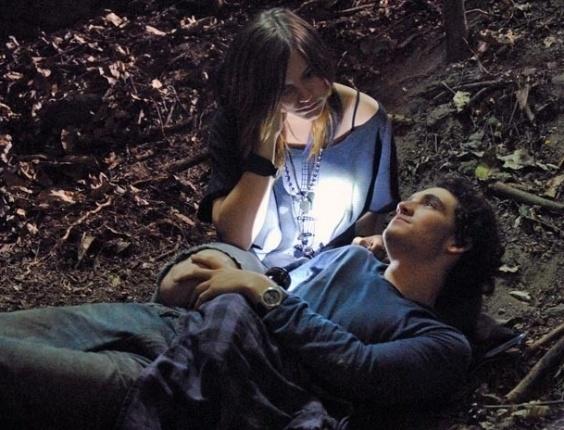 """Em """"Malhação"""", perdidos na mata, Dinho e Lia falam sobre discussão que tiveram"""