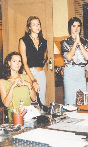 """Luana Piovani em cena da novela """"Suave Veneno"""" ao lado de Vanessa Lóes e Letícia Spiller (1998)"""