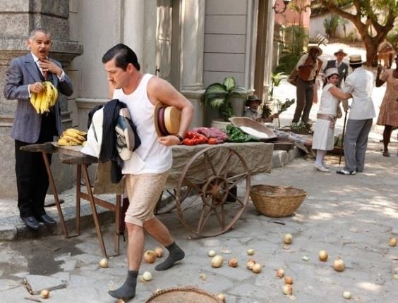 """Em """"Gabriela"""", Tonico escandaliza Ilhéus correndo de cuecas pela cidade"""