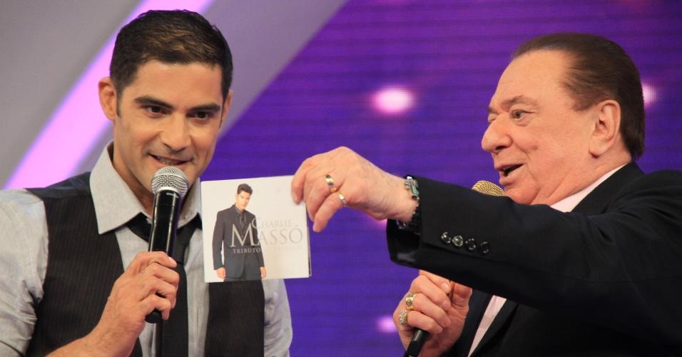 O cantor e ex-Menudo Charlie Masso apresenta novo CD no Raul Gil