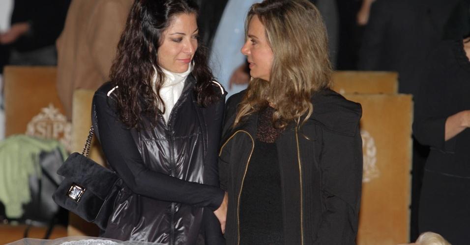 A jornalista Ana Paula Padrão e a atriz Bruna Lombardi se despedem de Hebe Camargo (29/9/12)