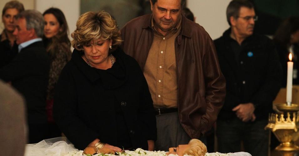 Acompanhada do marido, a apresentadora Silvia Popovic se despede de Hebe Camargo em São Paulo (29/9/12)