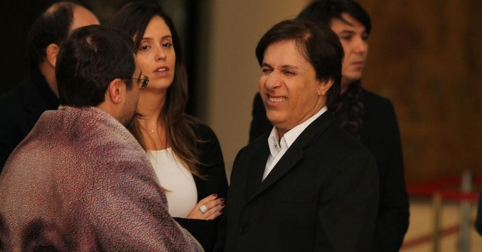 Acompanhado da mulher, o humorista Tom Cavalcante conversa com o filho de Hebe, Marcello, no velório da apresentadora (29/9/12)