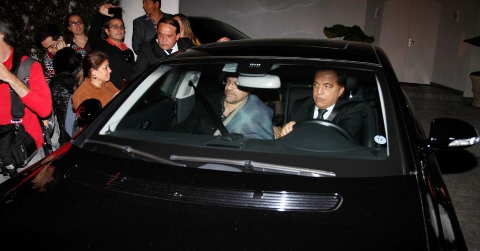 Acompanhado de um parente, o filho de Hebe Camargo, Marcelo segue para o Palácio dos Bandeirantes, em São Paulo (29/9)