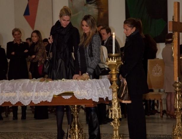 Ana Hickmann e Ticiante Pinheiro se despedem de Hebe Camargo no velório no Palácio dos Bandeirantes (29/9/12)