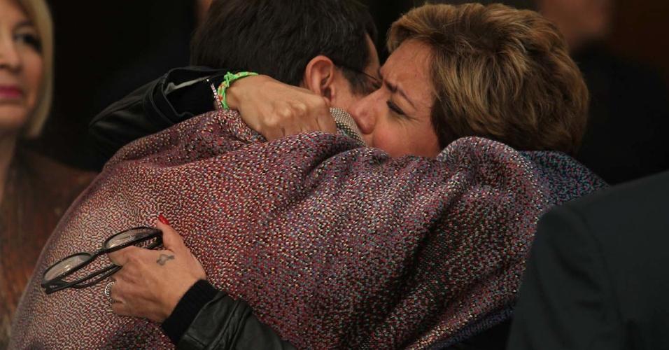 Astrid recebe abraço do filho de Hebe Camargo, Marcello, durante velório de Hebe Camargo em São Paulo (29/9/12)