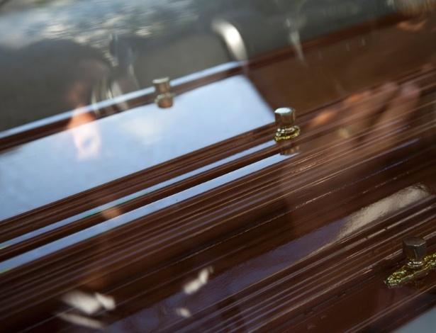 Caixão chega à casa da apresentadora Hebe Camargo no Morumbi, em São Paulo (29/9/12), O velório da apresentadora será neste sábado, no Palácio dos Bandeirantes, no Morumbi, a partir das 18h, e o enterro no cemitério Gethsemani, também no Morumbi, às 9h30 deste domingo