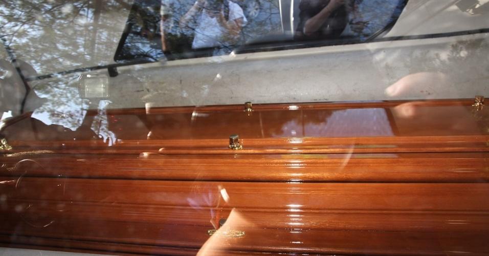Caixão chega à casa da apresentadora Hebe Camargo no Morumbi, em São Paulo (29/9/12), O velório da apresentadora será neste sábado, no Palácio dos Bandeirantes, no Morumbi, a partir das  19h, e o enterro no cemitério Gethsemani, também no Morumbi, às 9h30 deste domingo