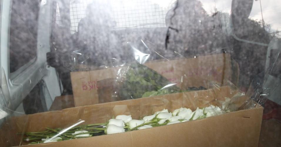 Carro com flores brancas chegam à casa de Hebe Camargo (29/9/12)