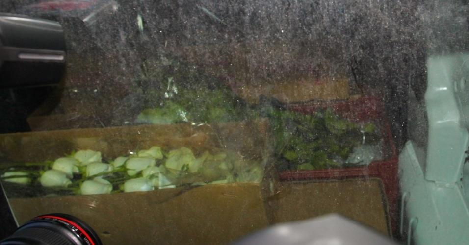 Carro com rosas brancas chega à casa da apresentadora Hebe Camargo, que morreu na madrugada deste sábado (29/9/12)