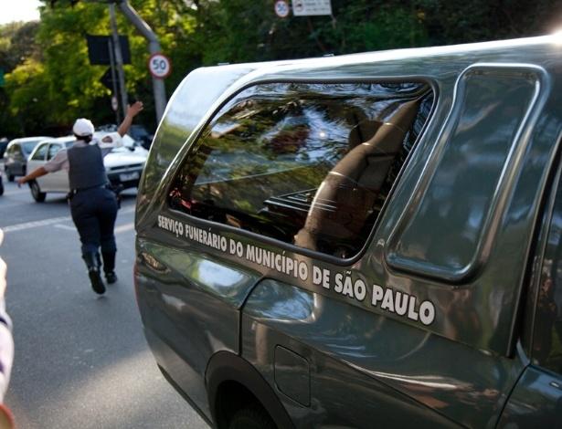 Carro Funerário chega à casa da apresentadora Hebe Camargo, que morreu na madrugada deste sábado (29) após sofrer uma parada cardíaca