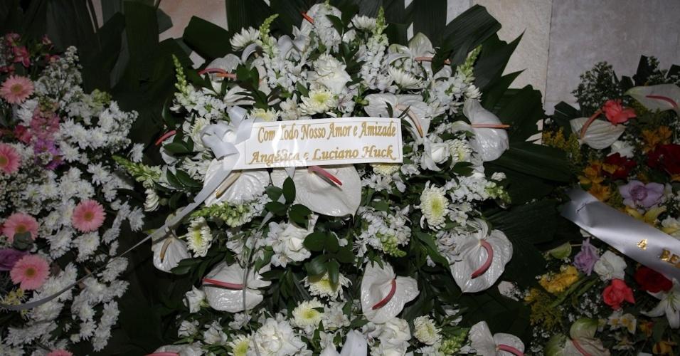 Coroa de flores enviada por Luciano Huck e Angélica à porta da casa de Hebe Camargo (29/9/12)