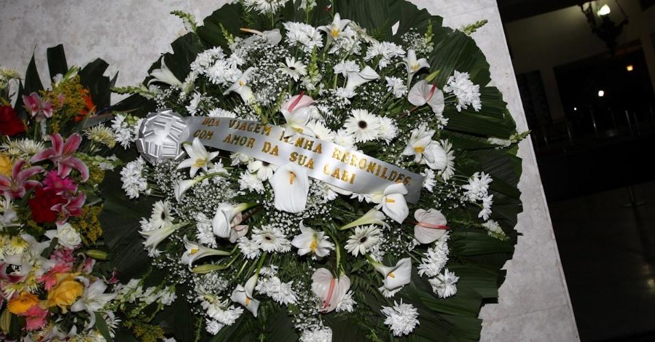 Coroa de flores enviada por Marília Gabriela à porta da casa de Hebe Camargo (29/9/12)