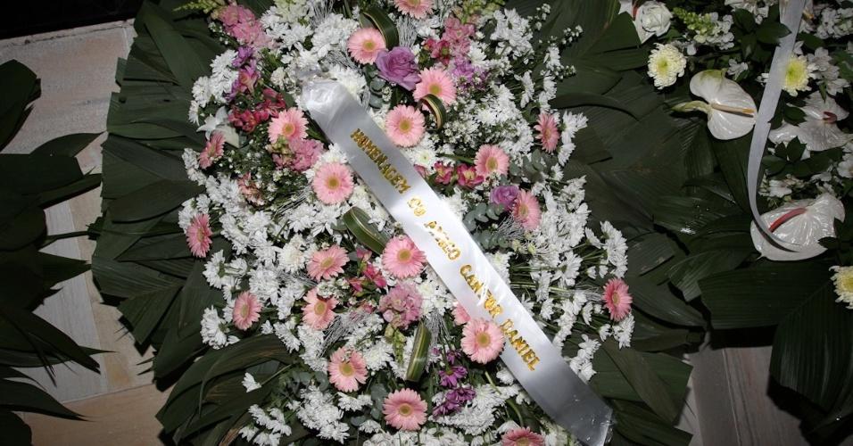Coroa de flores enviada pelo cantor Daniel à porta da casa de Hebe Camargo (29/9/12)