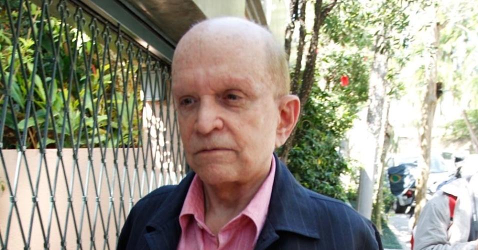 Empresário Olacyr de Moraes chega à casa da apresentadora Hebe Camargo, que morreu na madrugada deste sábado após sofrer uma parada cardíaca (29/9/12)