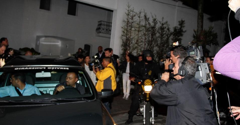 Fotógrafos acompanham a saída do corpo de Hebe Camargo de sua casa em direção ao Palácio dos Bandeirantes, onde será velado até às 9h30 da manhã