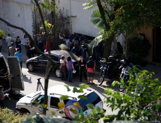 Jornalistas na frente da casa da apresentadora Hebe Camargo, que morreu neste sábado após sofrer uma parada cardíaca (29/9/12)