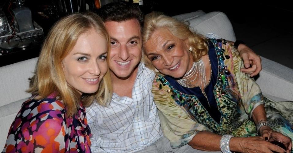 Luciano Huck publica foto com Hebe e Angélica