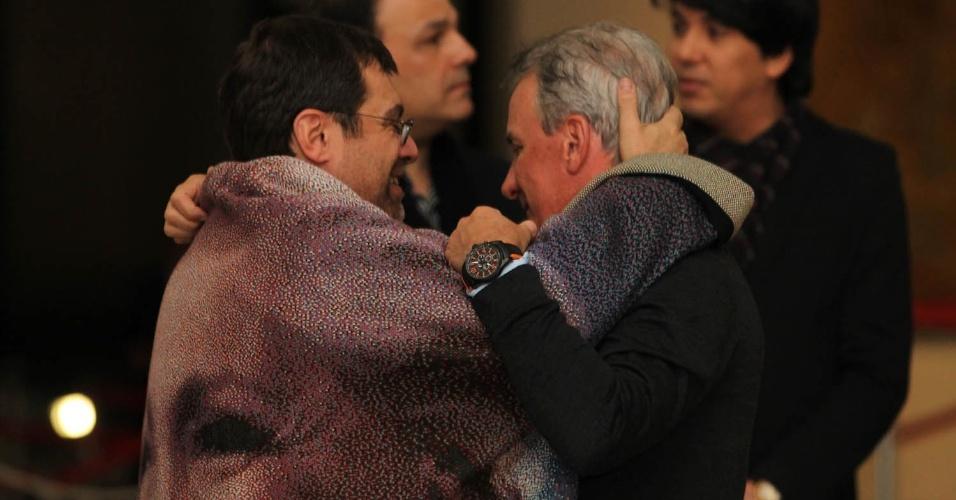 Marcello cumprimenta o apresentador Otávio Mesquita no velório da apresentadora Hebe em São Paulo (29/9/12)