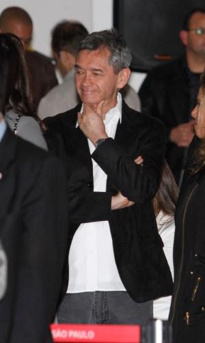 O apresentador Serginho Groismann se despede da apresentadora Hebe, em São Paulo (29/9/12)