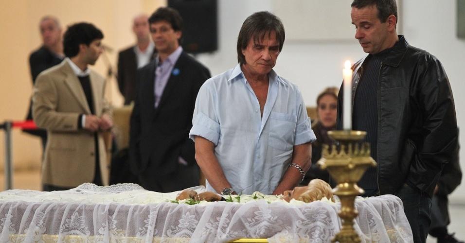O cantor Roberto Carlos se despede da apresentadora Hebe Camargo (29/9/12)