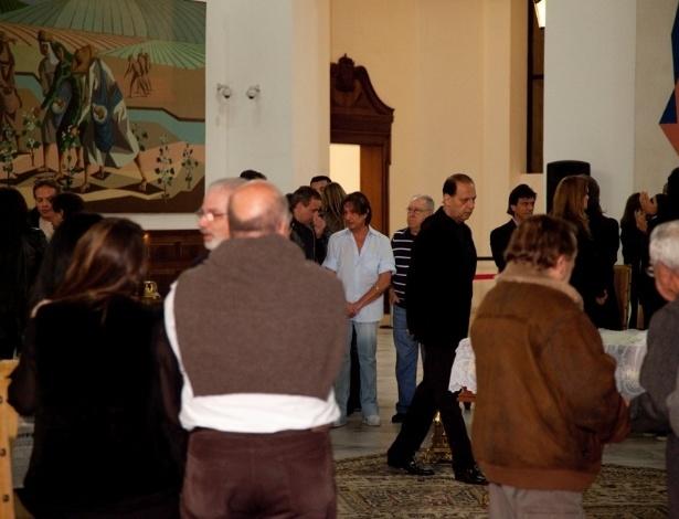Roberto Carlos se despede de Hebe Camargo no velório da apresentadora no Palácio dos Bandeirantes (29/9/12)