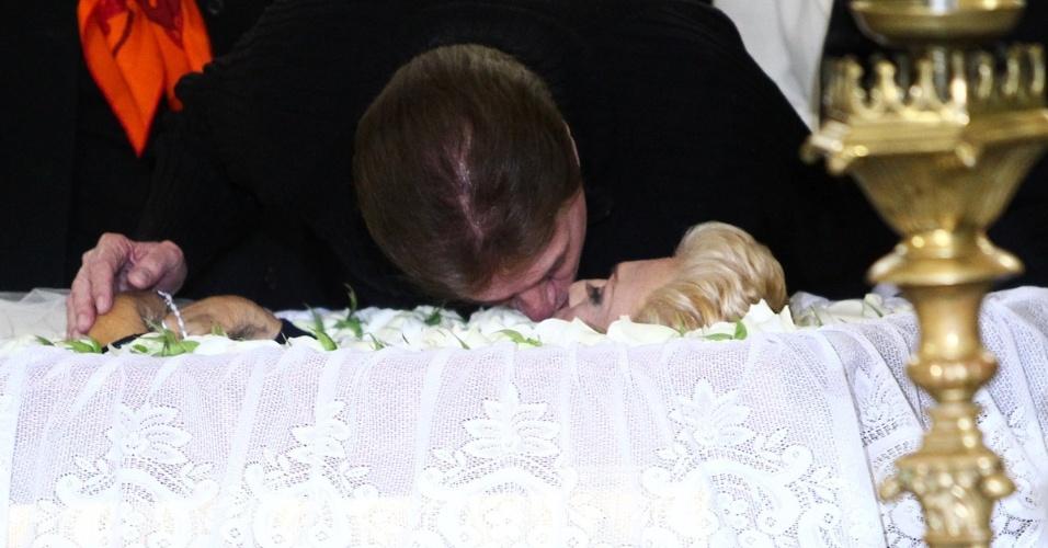 Silvio Santos dá selinho em Hebe no caixão (29/9/12)