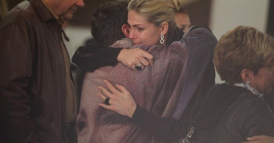 Apresentadora Ana Hickmann abraça filho de Hebe Camargo, Marcello, no Palácio dos Bandeirantes (29/9/12)
