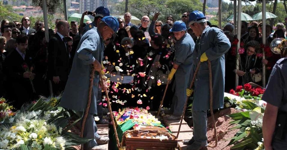Apresentadora Hebe Camargo é enterrada no cemitério Gethsêmani, no Morumbi. Fãs ultrapassaram cordão de isolamento para chegar mais perto do local (30/9/12)