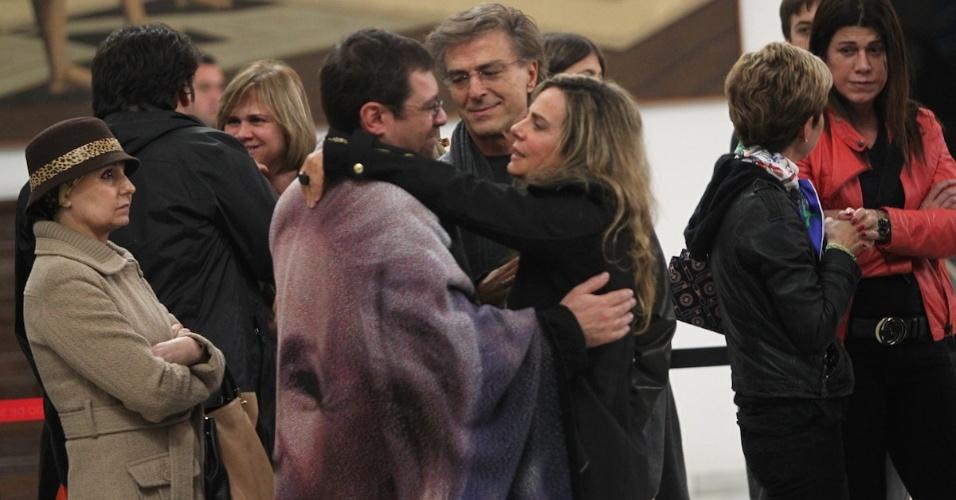 Bruna Lombardi, ao lado do marido Carlos Alberto Riccelli, abraça filho de Hebe Camargo, Marcello, no velório da apresentadora em São Paulo (29/9/12)