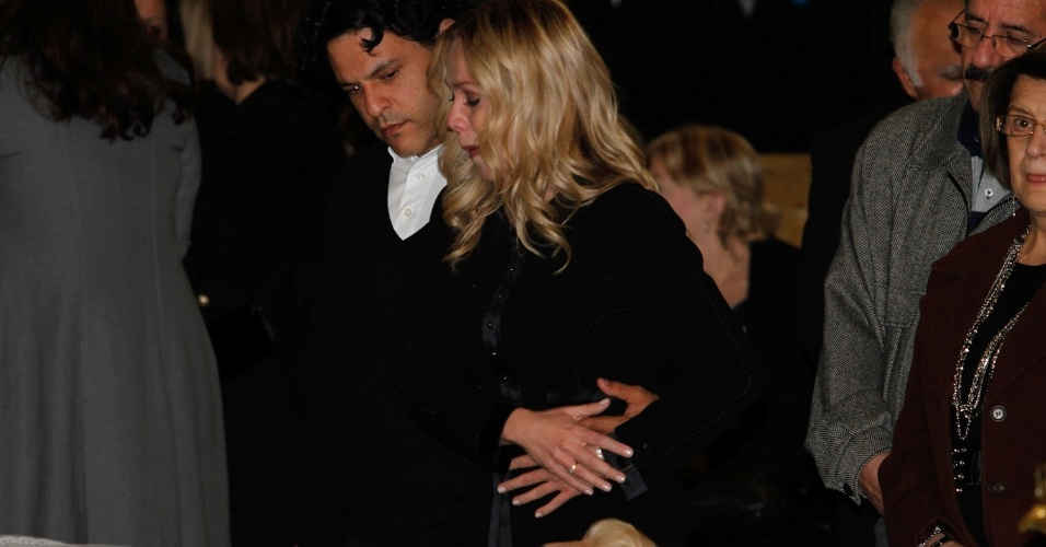 Emocionada, a apresentadora Eliana se despede acompanhada de seu marido, João Marcelo Boscoli (29/9/12)
