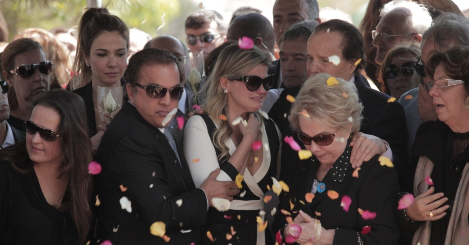 Familiares e amigos de Hebe Camargo, como a apresentadora Luciana Gimenez, acompanham enterro de Hebe Camargo (30/9/12)