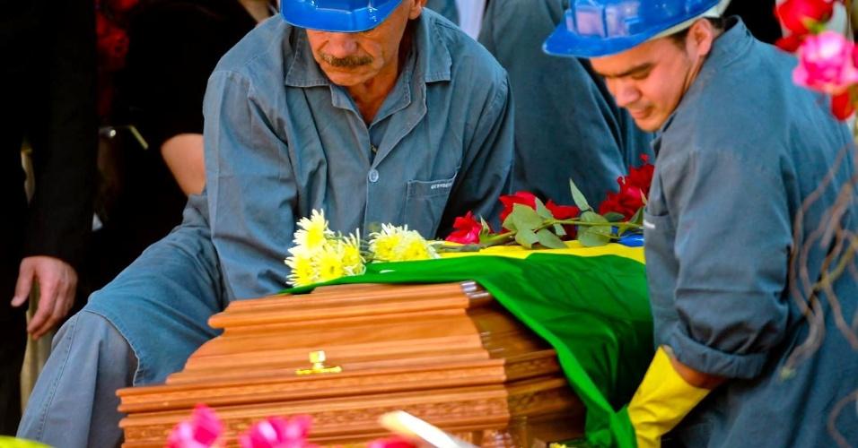 Funcionários do cemitério Gethsêmani preparam o caixão de Hebe Camargo para o enterro (30/9/12)