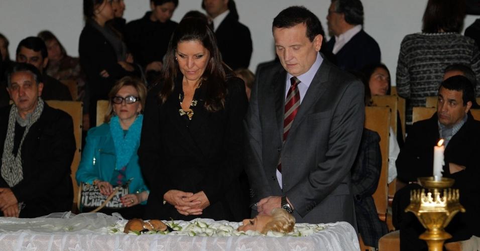 O jornalista Roberto Cabrini se despede de Hebe Camargo, no Palácio dos Bandeirantes (29/9/12)