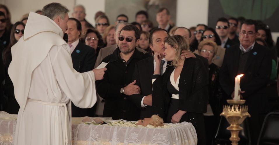 Padre Marcelo celebra missa de Hebe Camargo, na presença do filho da apresentadora, Marcello (de óculos escuros), do sobrinho Claudio Pessutti e sua mulher, Helena (30/9/12)