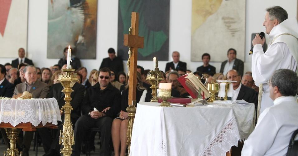 Padre Marcelo Rossi celebra missa de corpo presente no velório de Hebe Camargo, no Palácio dos Bandeirantes, em São Paulo (30/9/12)