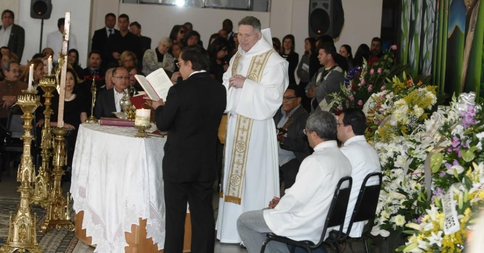 Padre Marcelo Rossi reza missa no velório de Hebe Camargo, no Palácio dos Bandeirantes. A cerimônia foi encerrada com canção de Roberto Carlos (309/12)