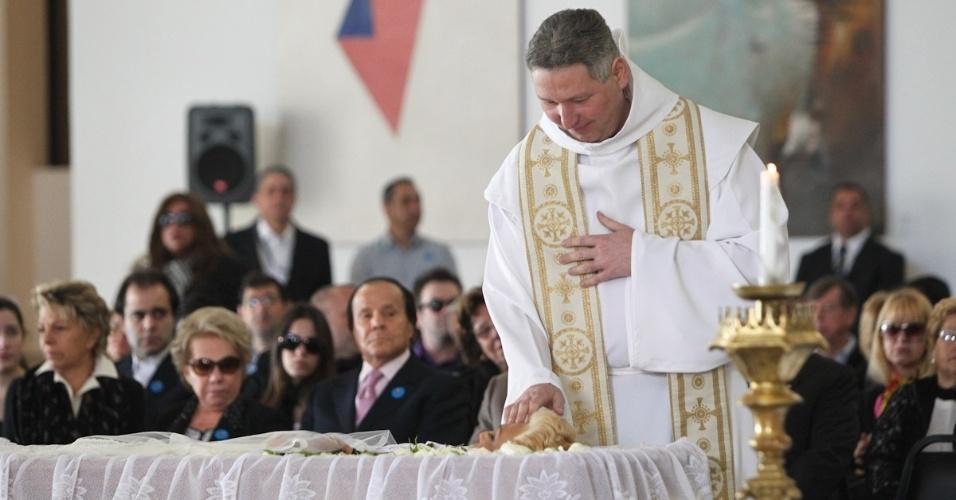 Padre Marcelo Rossi reza missa no velório de Hebe Camargo, no Palácio dos Bandeirantes. A cerimônia foi encerrada com canção de Roberto Carlos (30/9/12)