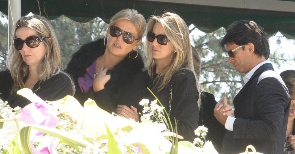 Ticiane Pinheiro no enterro da apresentadora Hebe Camargo (30/9/12)