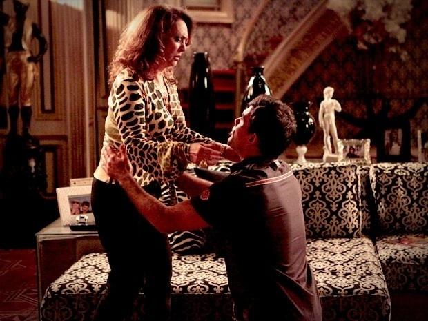 """Adauto não se segura e confessa a Muricy que a traiu: """"Mury, tu sabe que eu não sei mentir, nem esconder nada de tu, não sabe? Então... A Olenka me deu um beijo na boca ontem no baile!"""". Furiosa, ela promete se vingar da cabeleireira: """"Eu vou matar a messalina sênior! Vou acertar a cara dela!"""". Adauto pede perdão a Muricy: """"Ó, eu fiquei tão culpado que acordei cedinho e fiquei ajoelhado um tempão no milho lá no relento. Tô com joelho todo cheio de furinho"""", conta. No ar dia 1º/10"""
