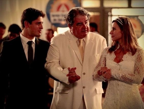 """Em """"Avenida Brasil"""", Dolores vira Soninha Catatau em casamento com Diógenes"""